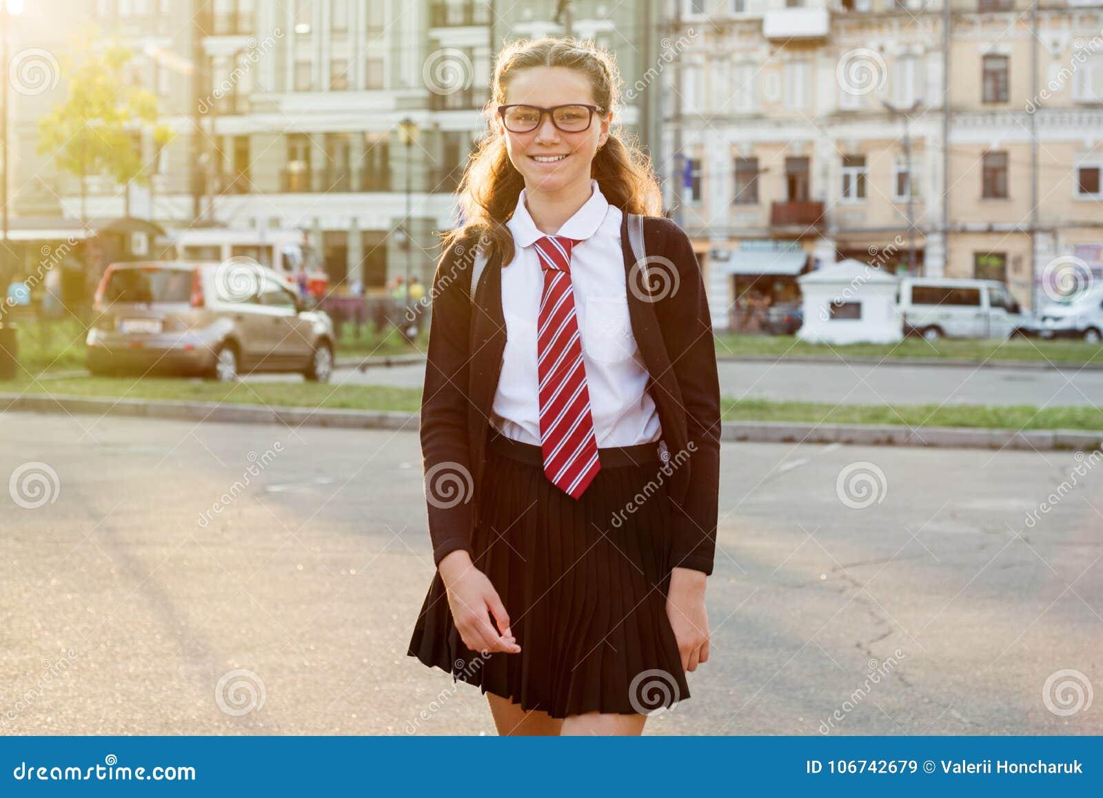 女孩少年城市街道的高中学生