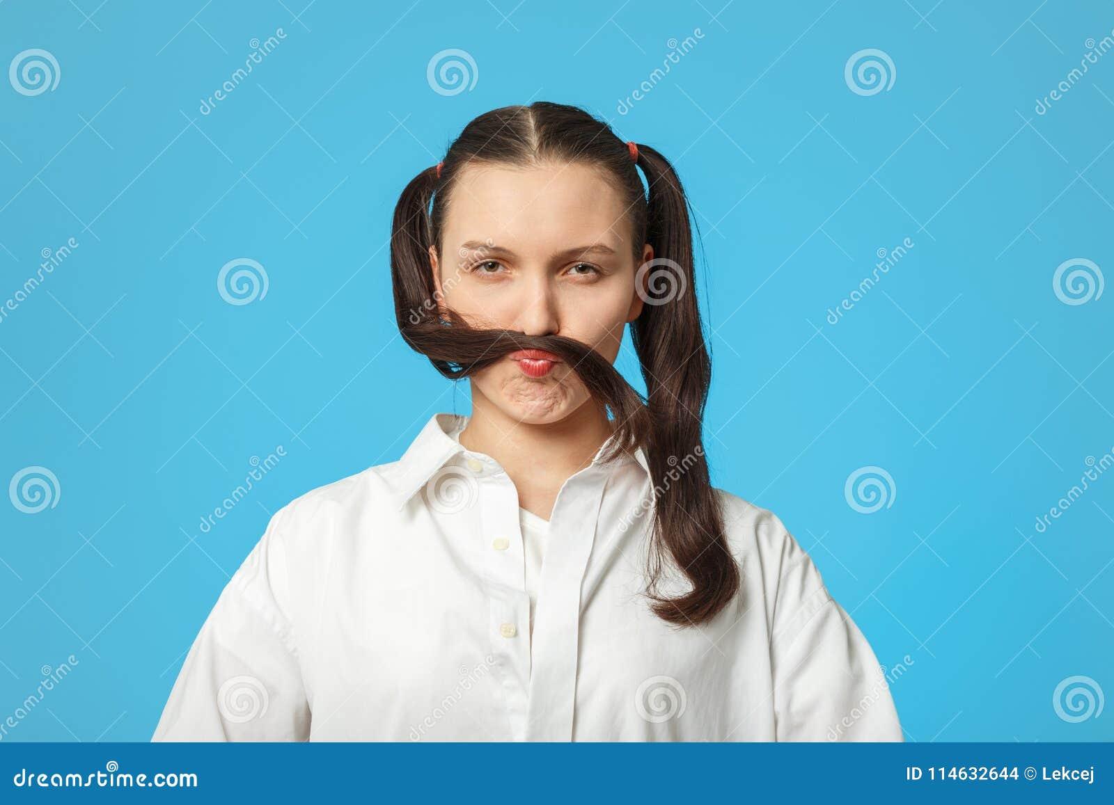 女孩展示髭