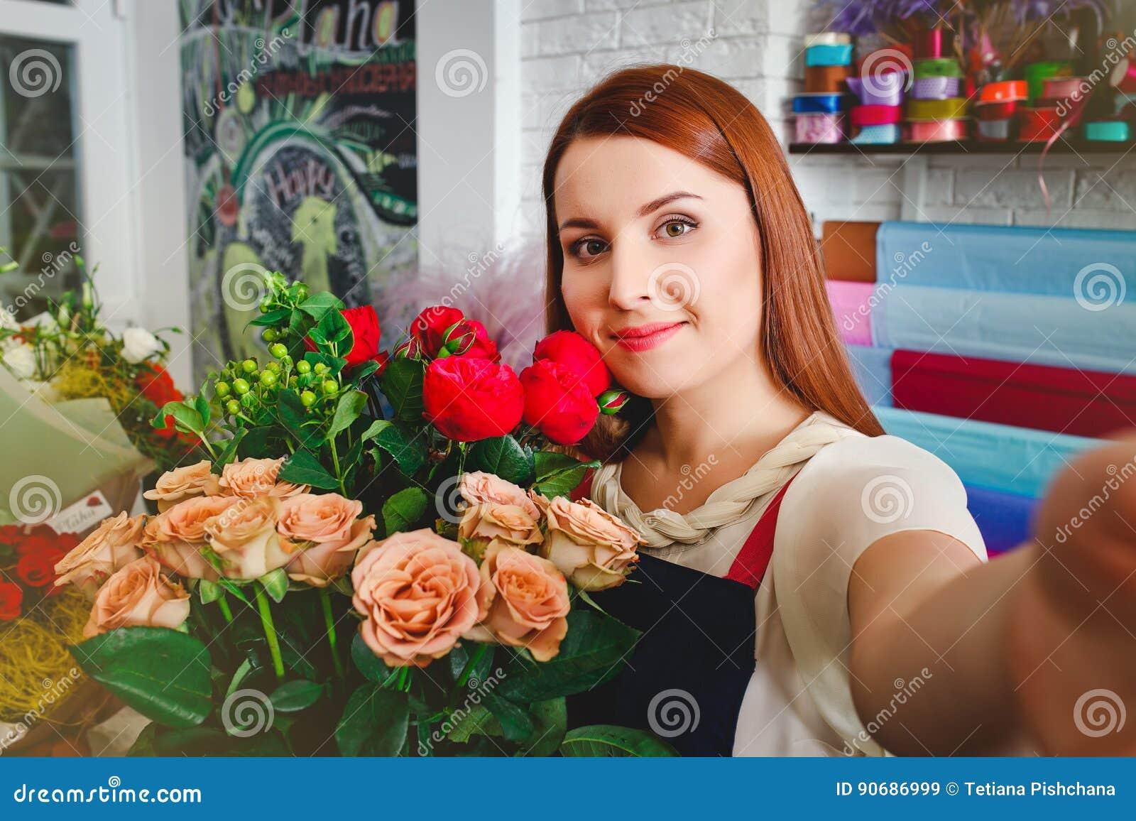 女孩工作在花店的,卖花人妇女做花束
