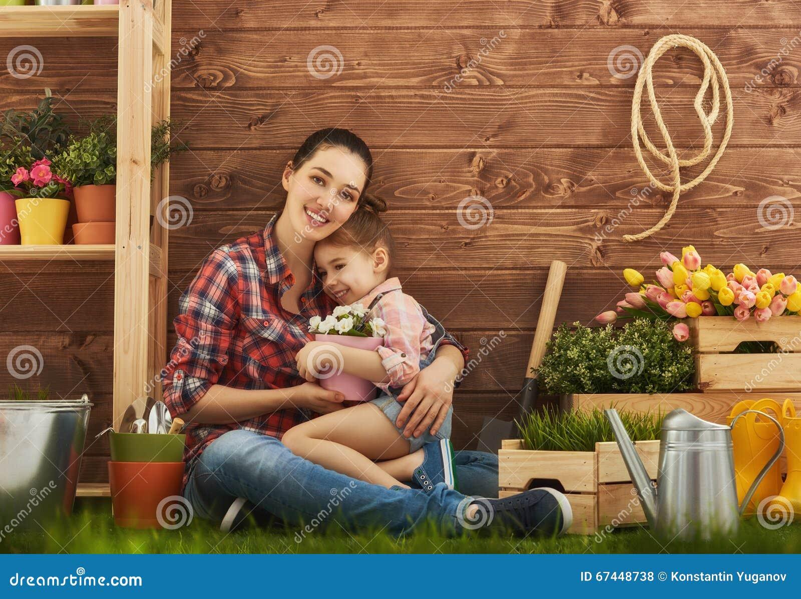 女孩帮助她的母亲