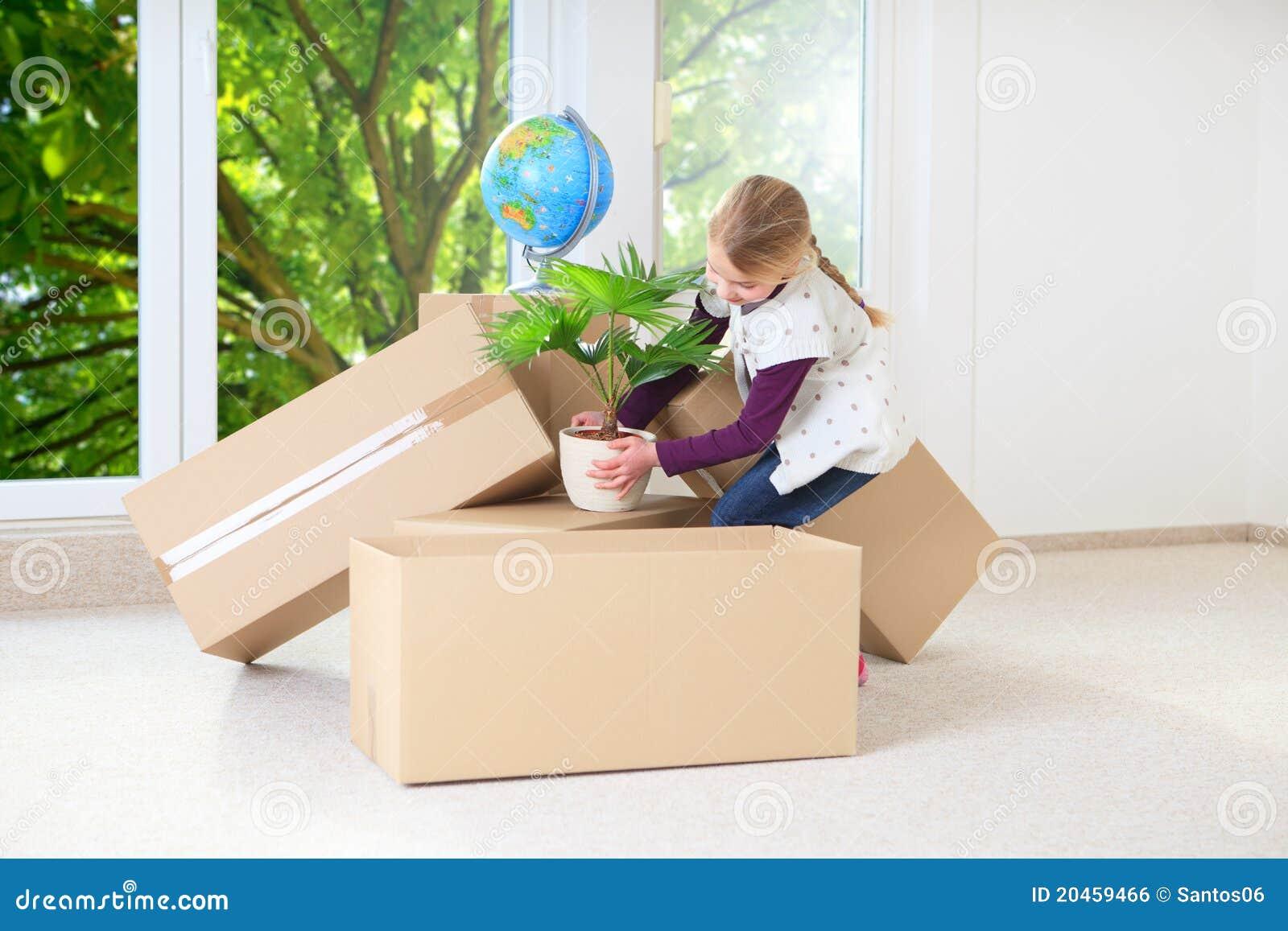 女孩帮助的房子移动