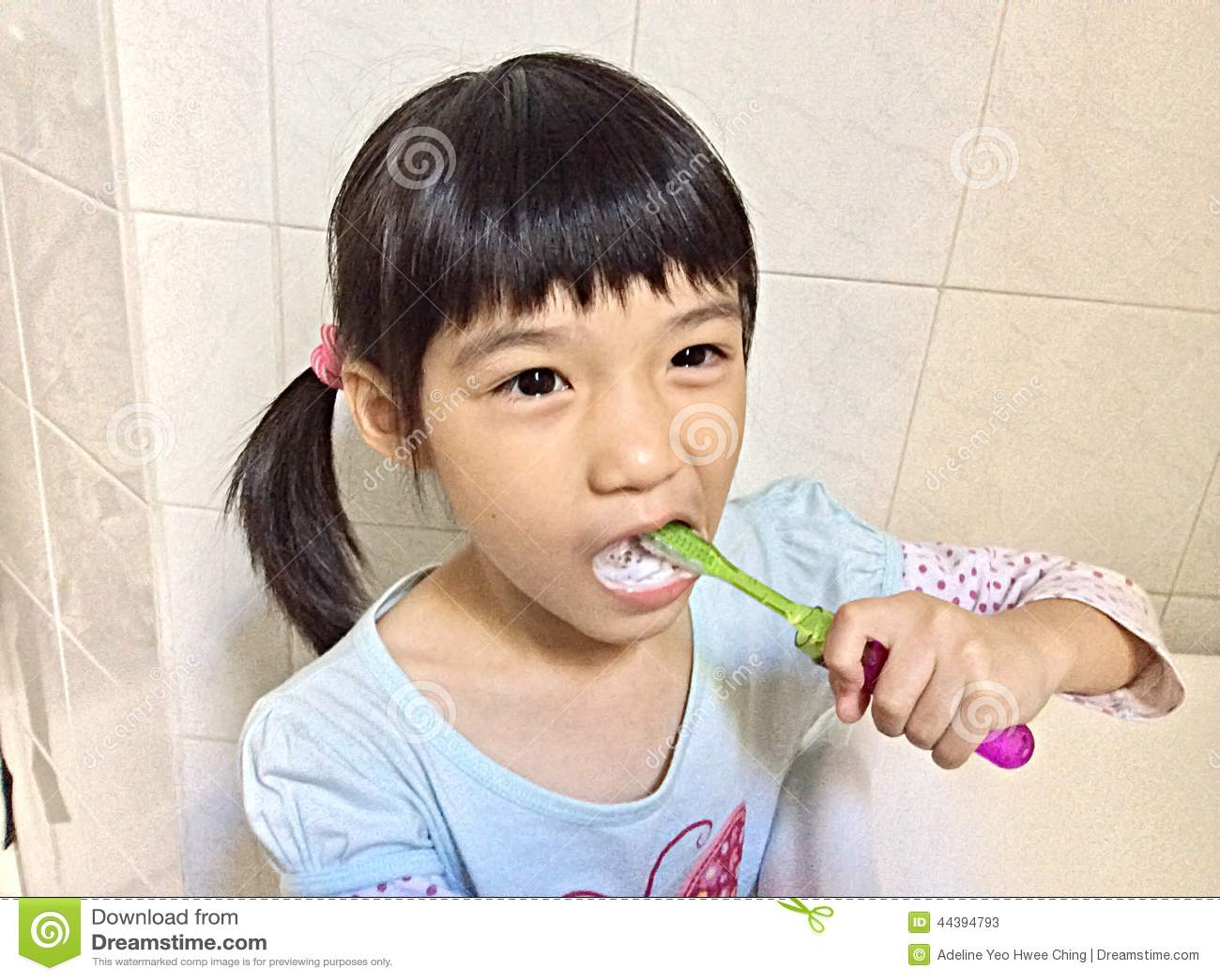 女孩掠过的牙