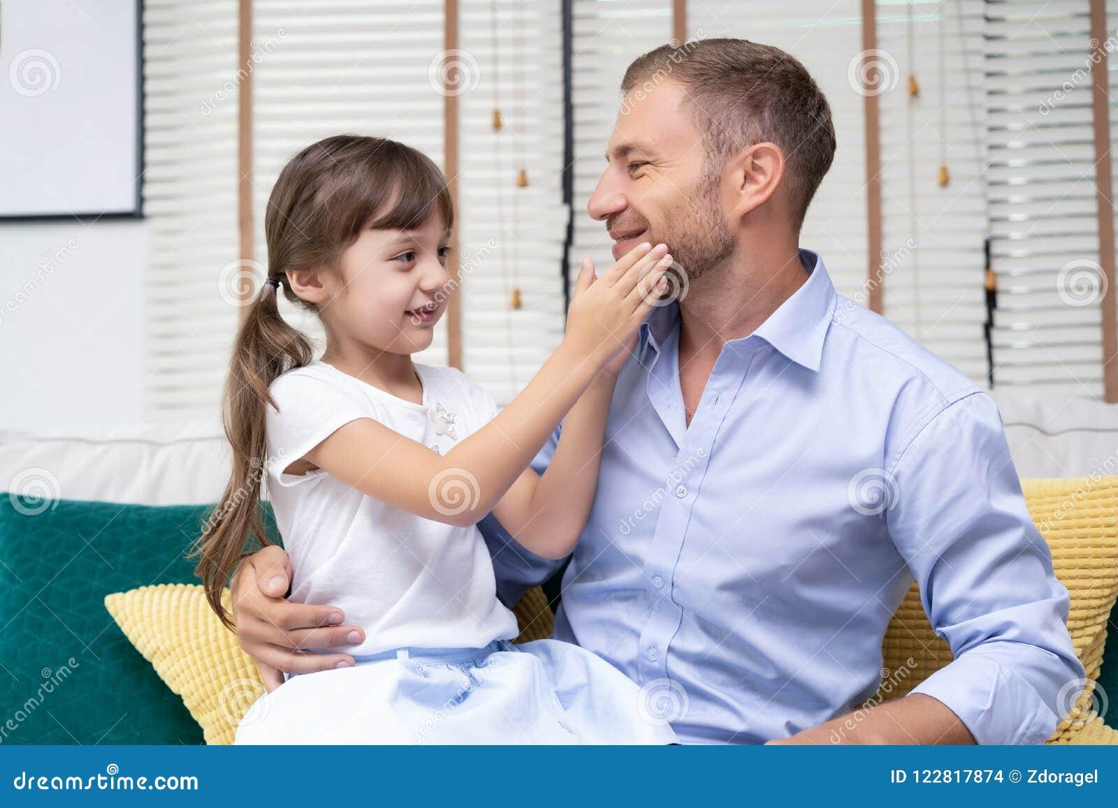 女孩接触她的父亲胡子  愉快的父亲节