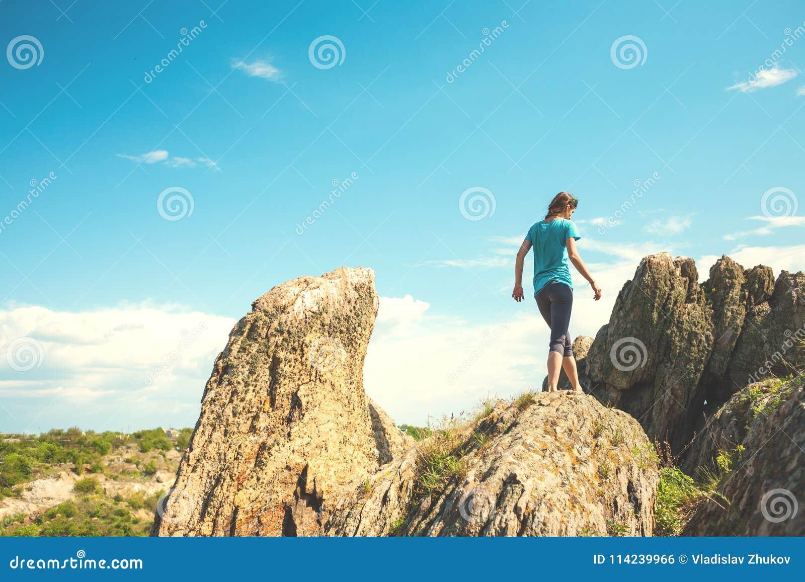 女孩攀登山