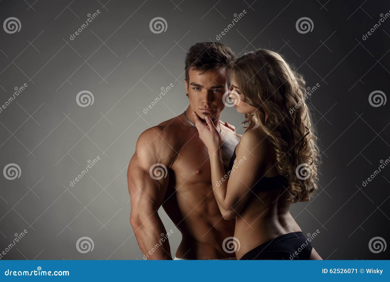 女孩敬佩热的摆在照相机的人和他