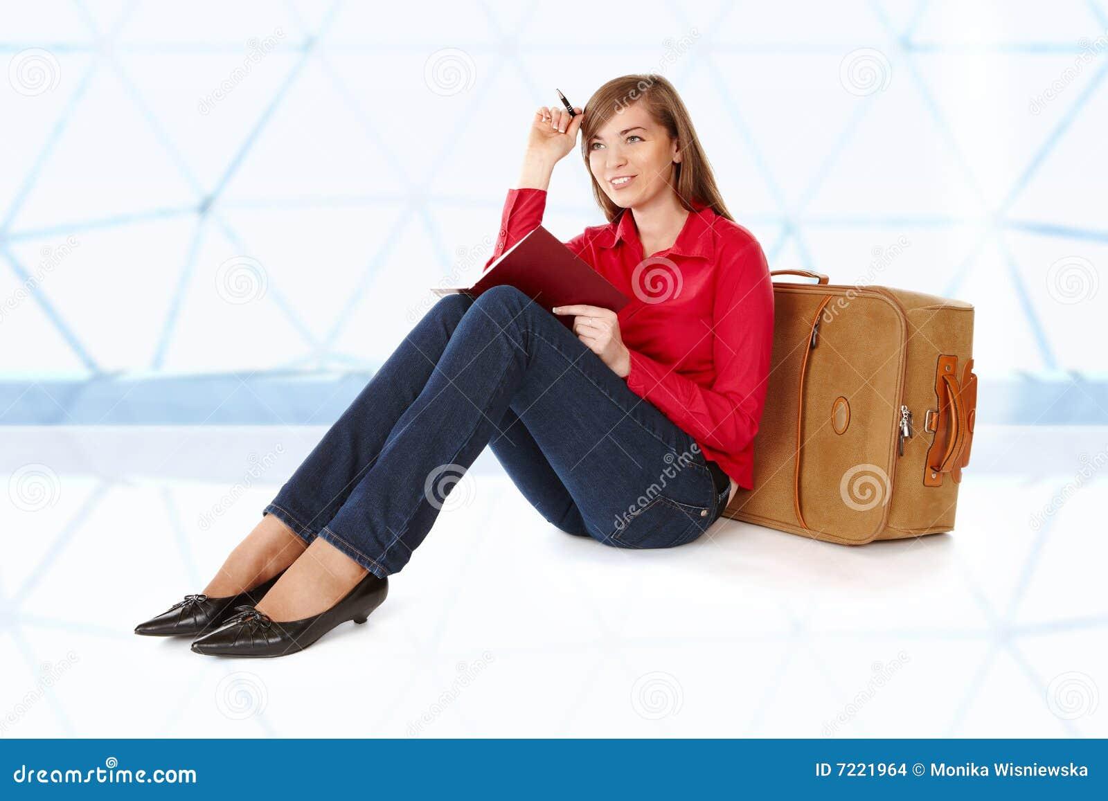 女孩最近的坐的手提箱