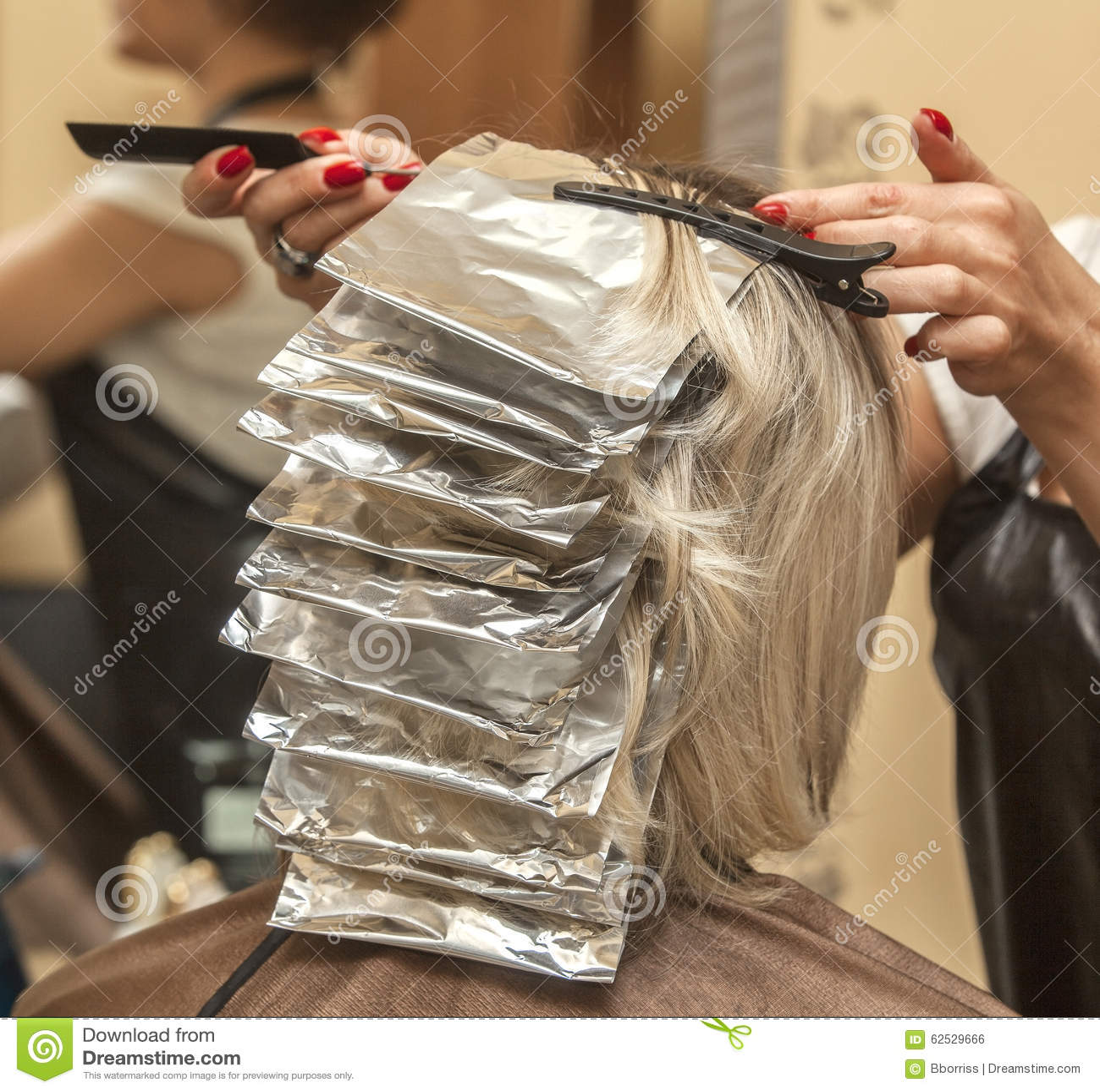 女孩染在美容院的头发在美发师