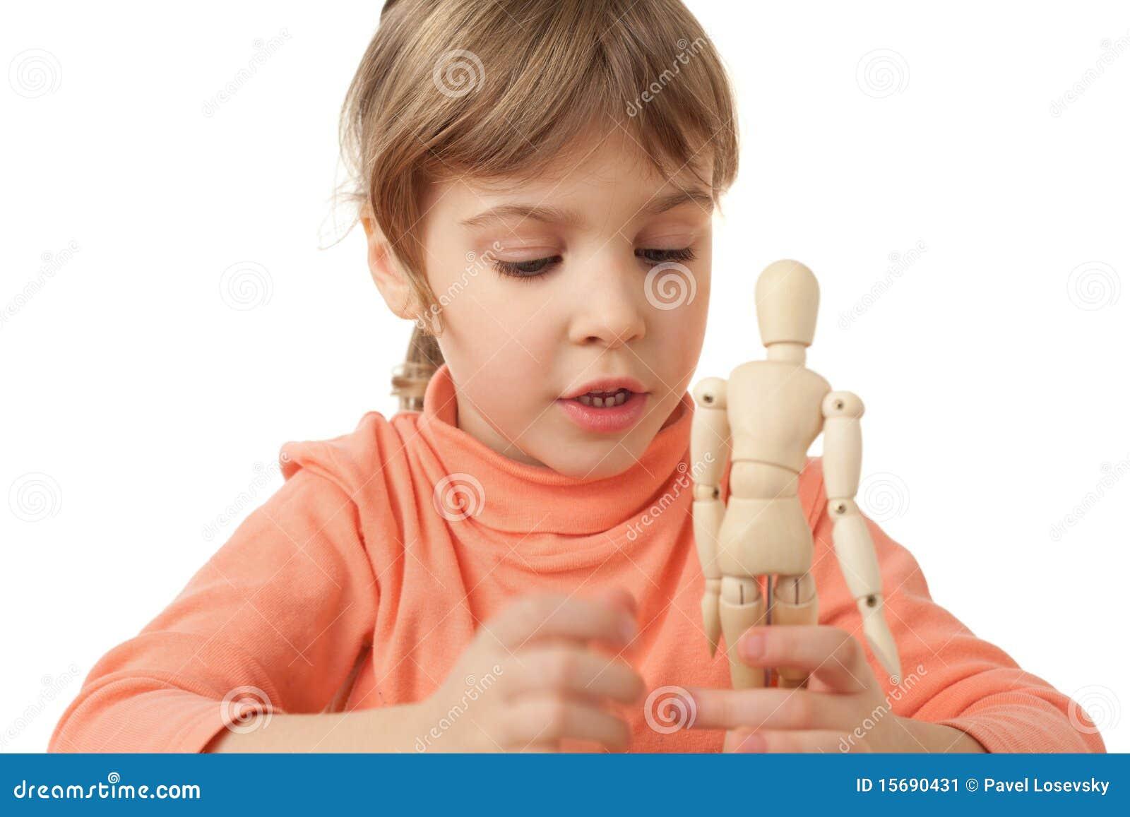 女孩查出少许人体模型被演奏的木