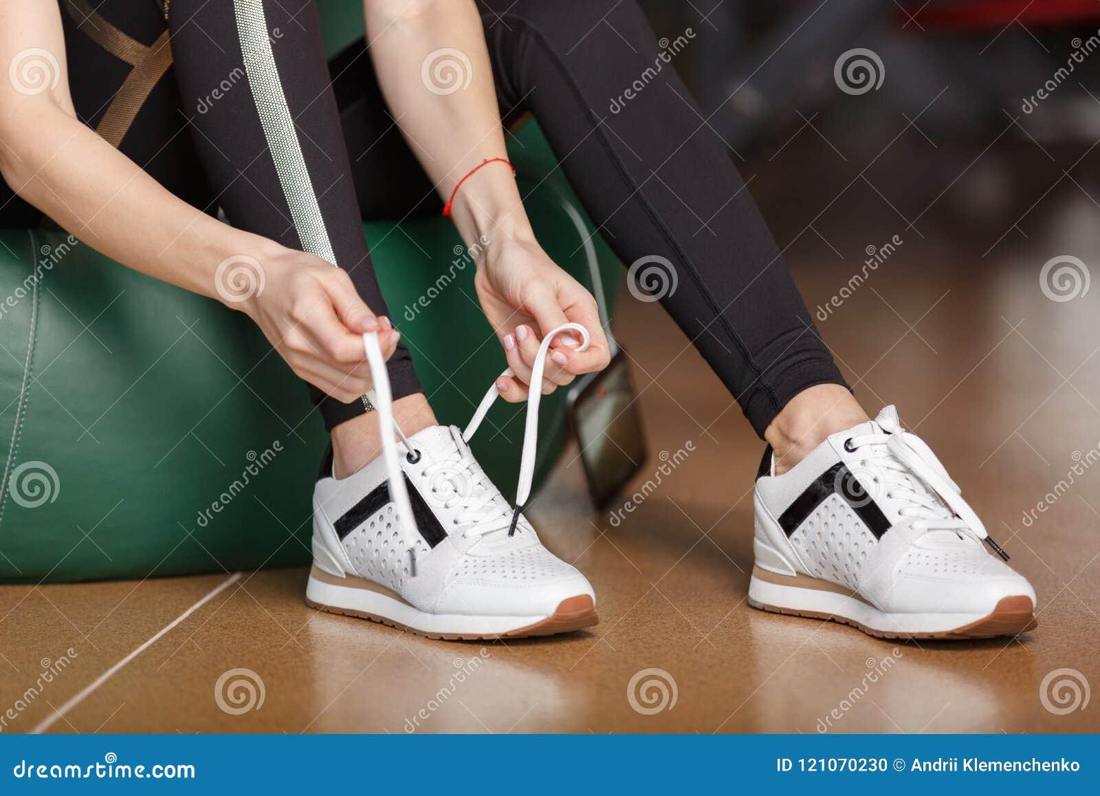 女孩栓她的鞋带
