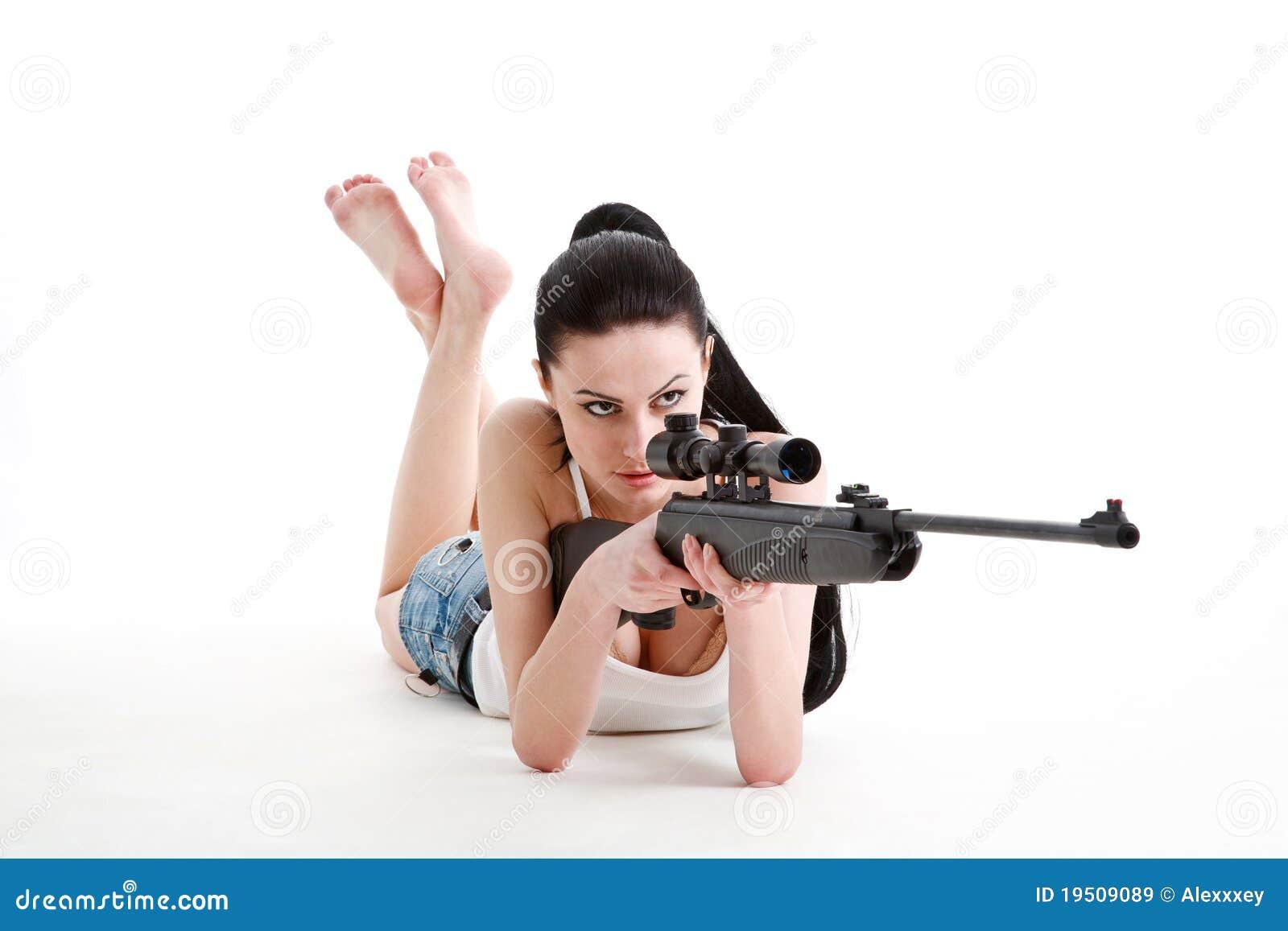 女孩步枪性感的射击狙击手年轻人