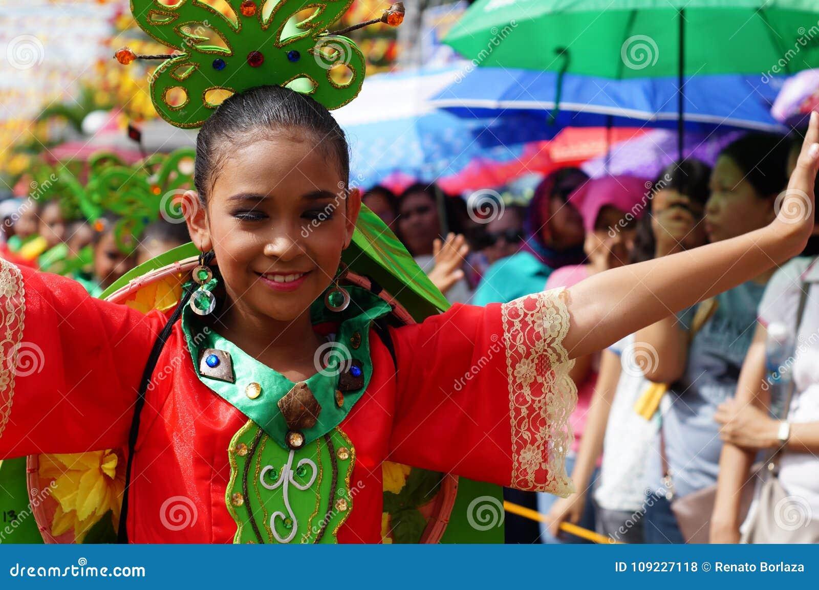 女孩民族服装的狂欢节舞蹈家在沿路的欢欣跳舞