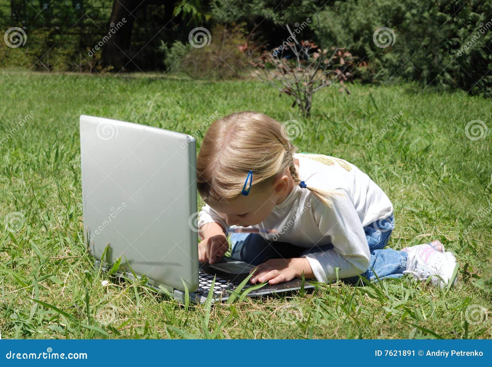 女孩沼地膝上型计算机一点