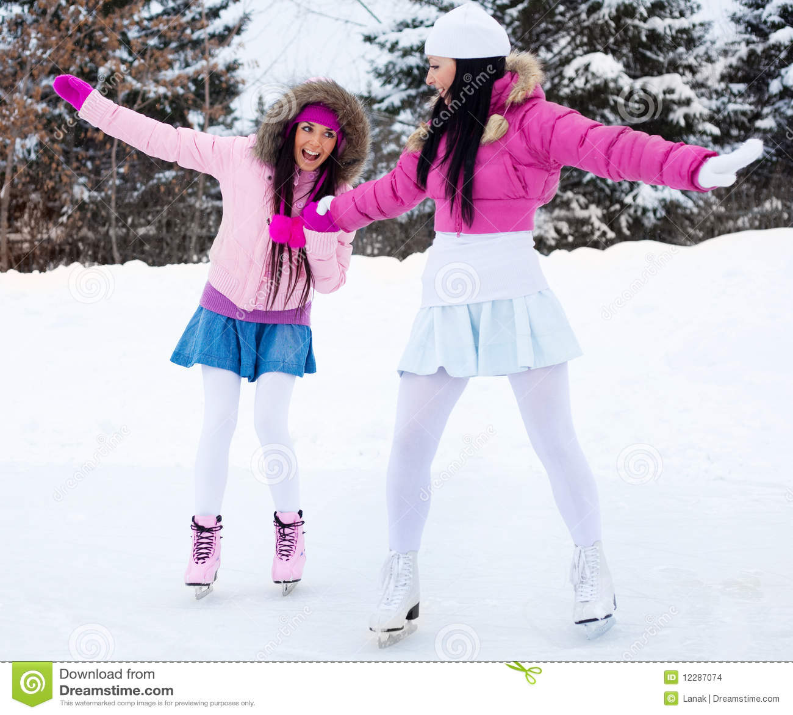 干了女儿和她的两个美丽女同学_美丽衣裳女孩滑冰二温暖的佩带的冬天.