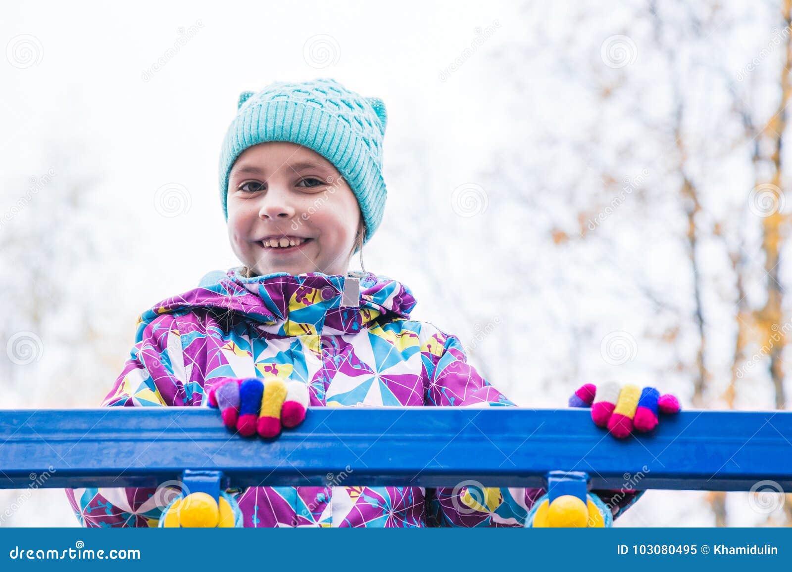女孩演奏在操场的乐趣