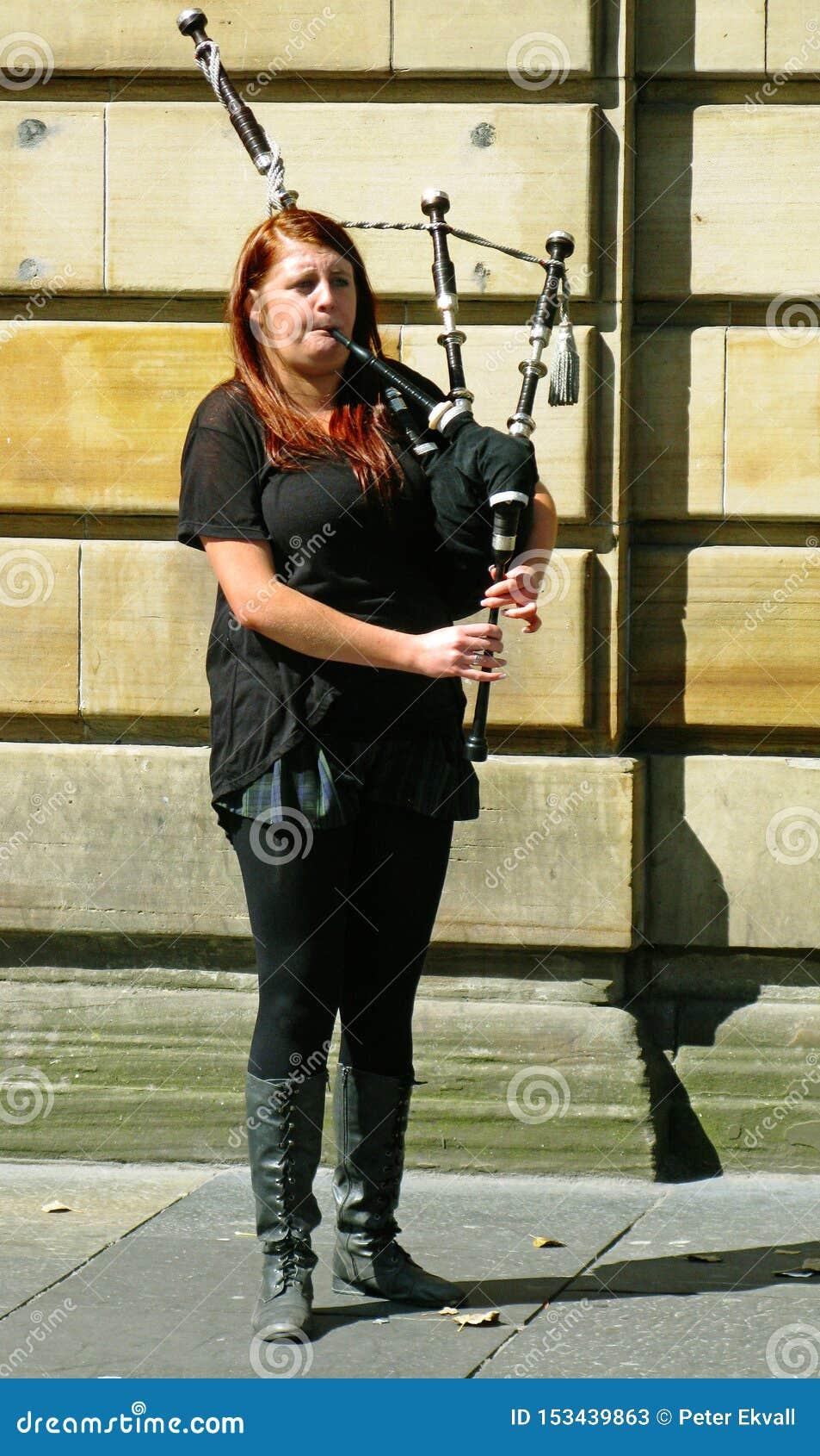 女孩演奏在风笛的传统音乐