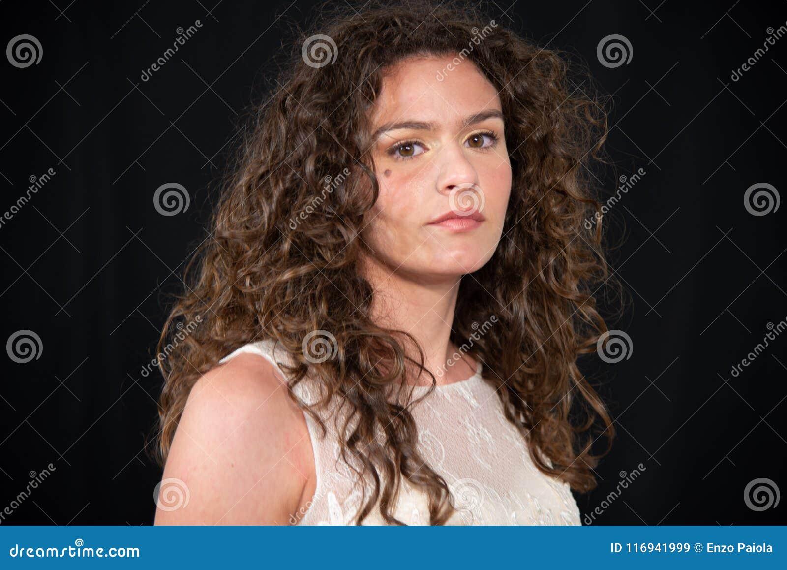 女孩特写镜头有深色的卷曲波浪发型的