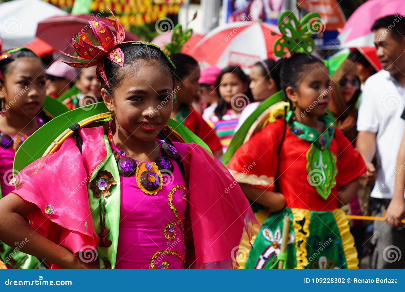 女孩狂欢节舞蹈家以各种各样的服装沿路跳舞