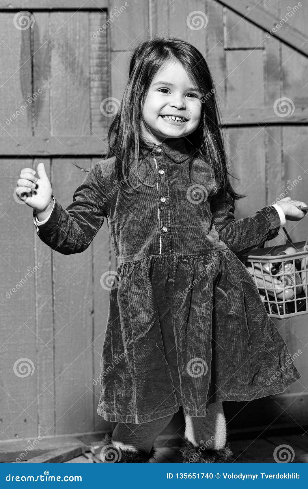 女孩用在篮子的塑料食物