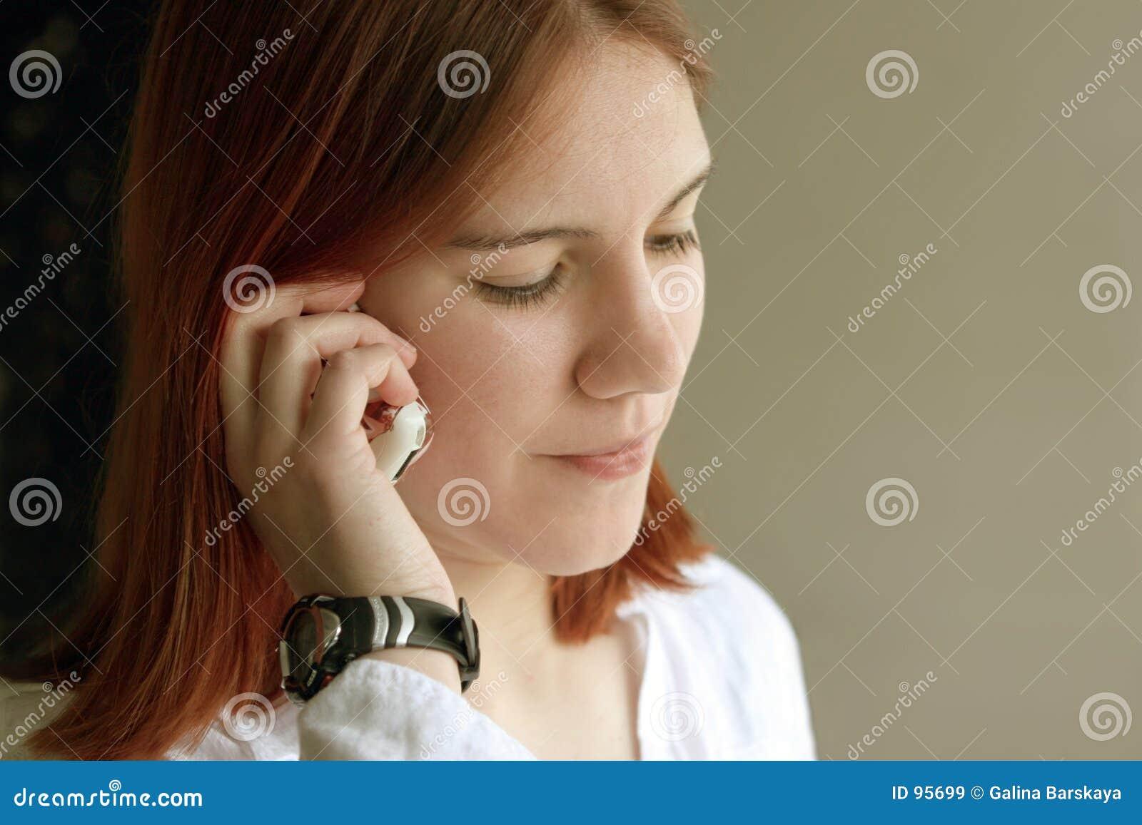 女孩电话红头发人