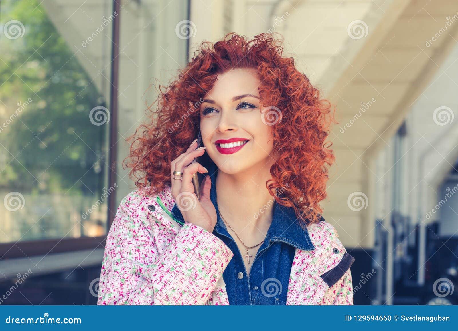 女孩画象谈话在电话