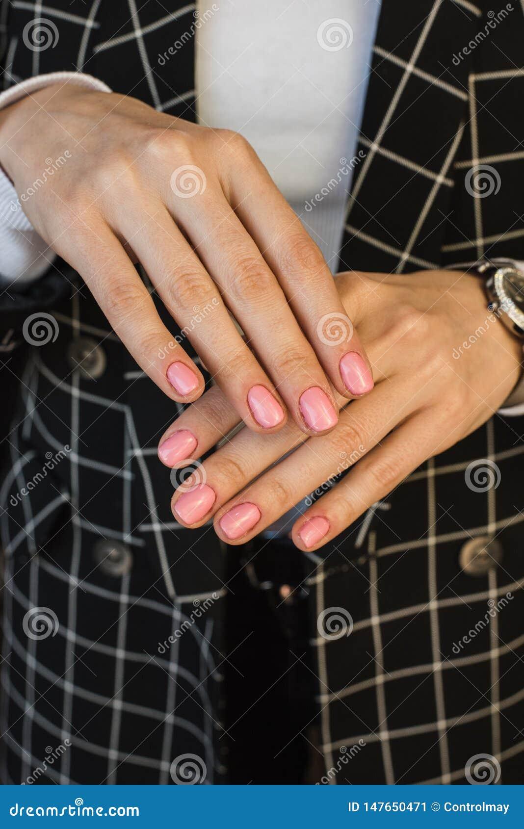 女孩的桃红色修指甲