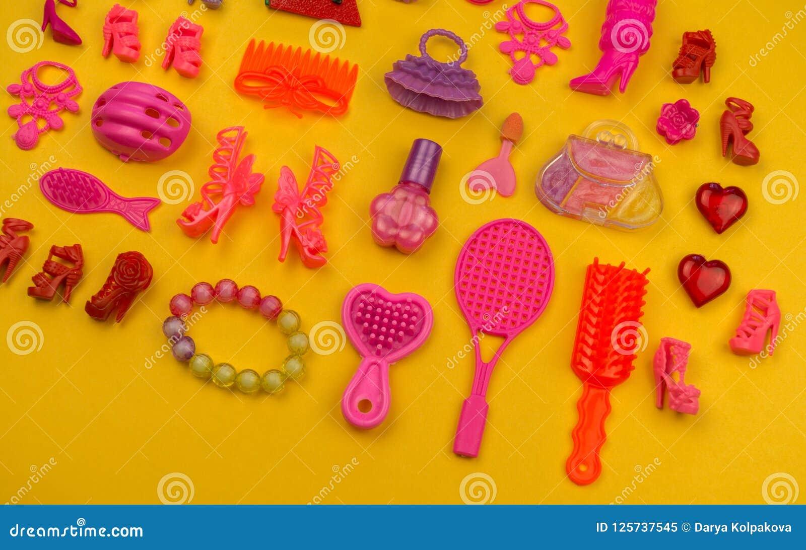 女孩的玩具从袋子草莓的形式