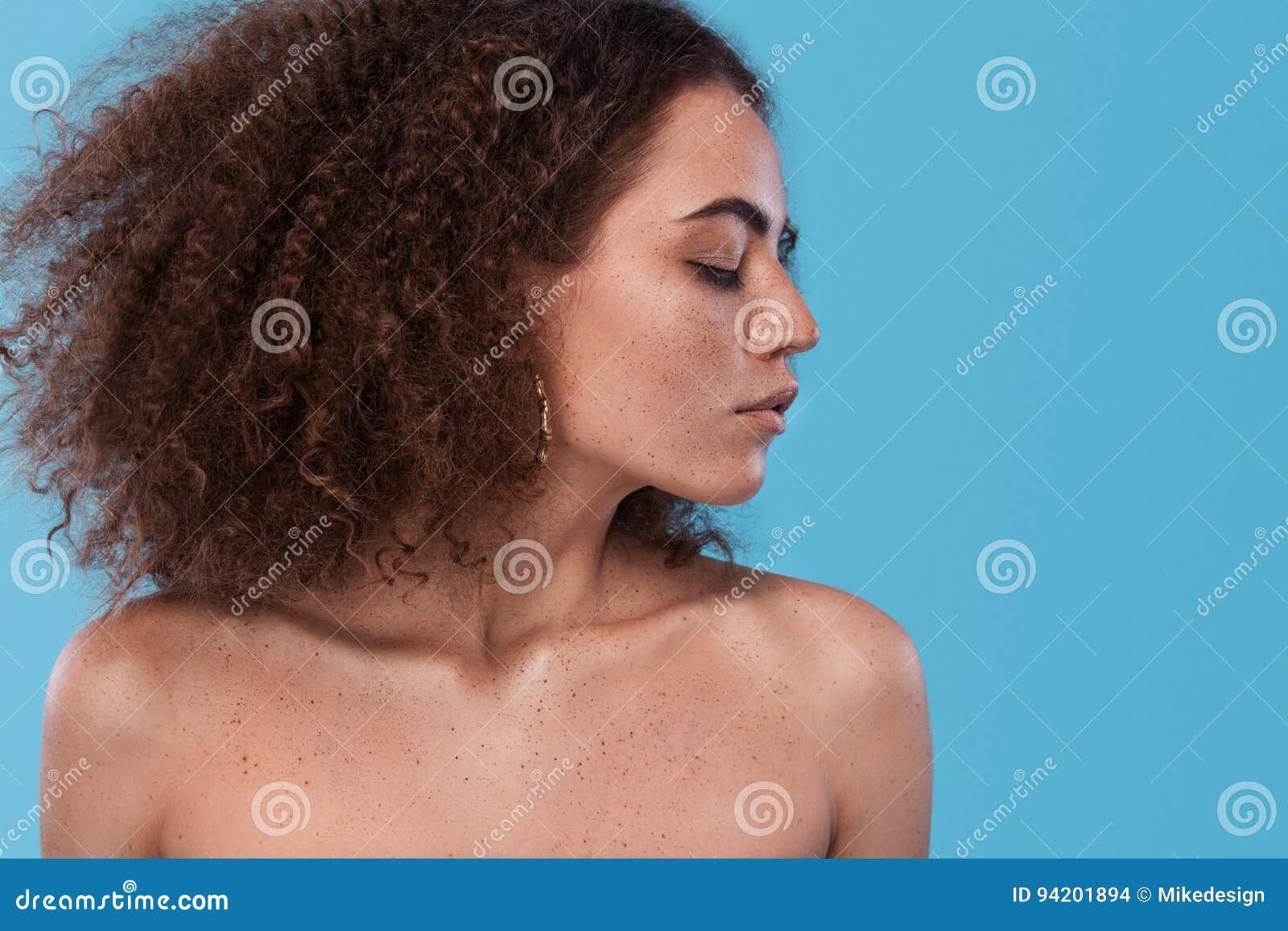 女孩秀丽画象有非洲的发型的 摆在蓝色背景的女孩 美丽的夫妇跳舞射击工作室妇女年轻人
