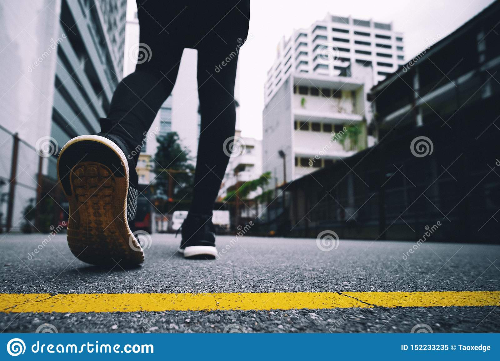 女孩穿黑跑鞋在公园跑