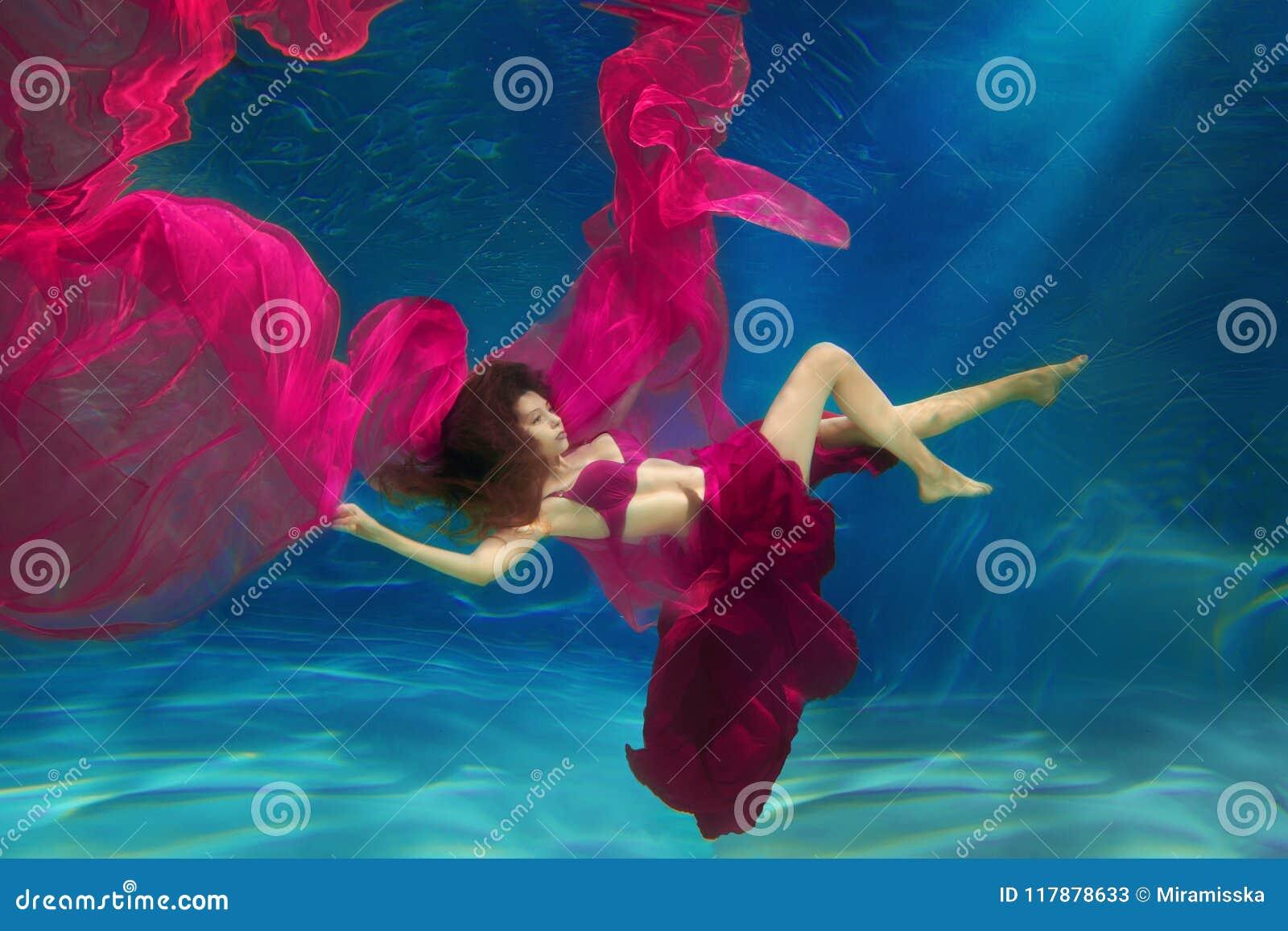 女孩美人鱼 水下的场面 妇女,在的一个时装模特儿