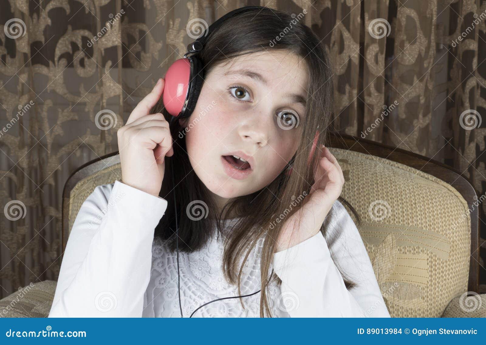 女孩耳机一点