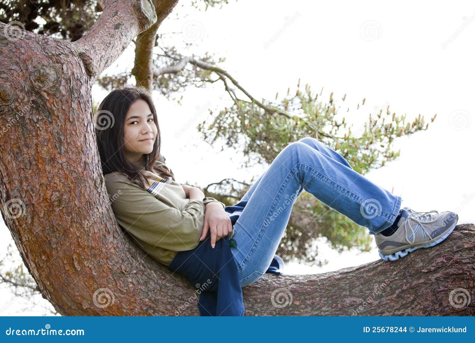 女孩肢体松弛青少年的结构树年轻人