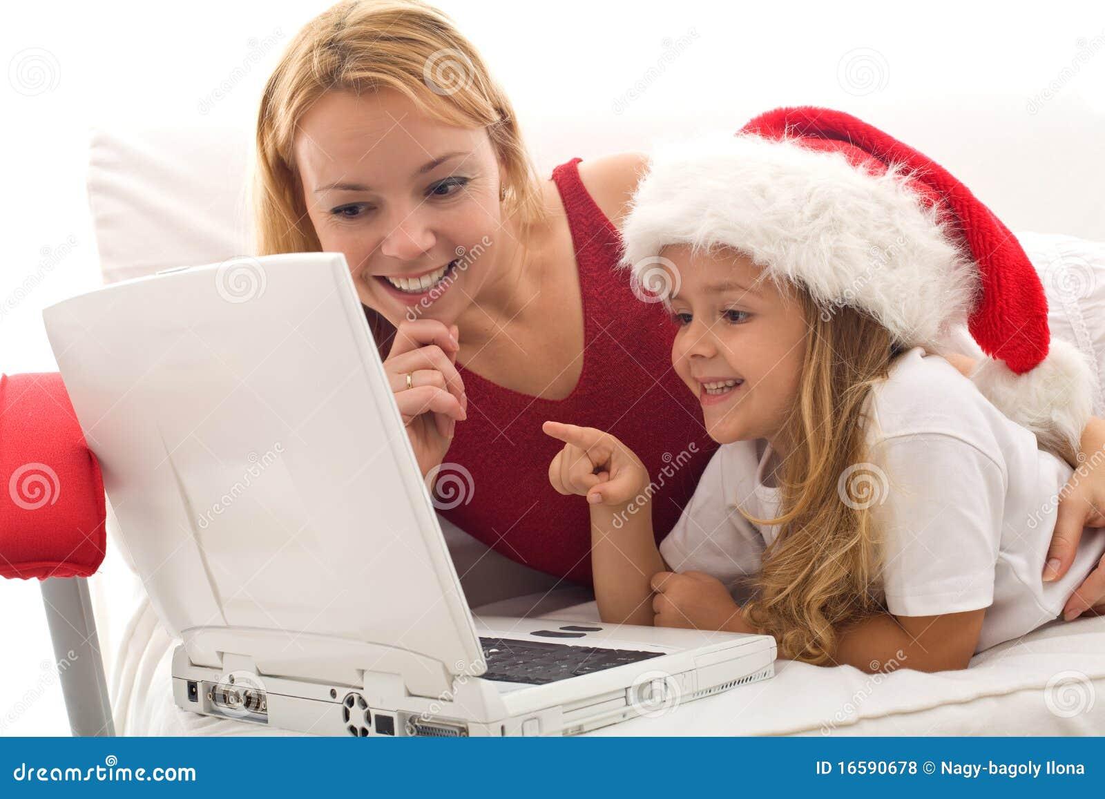 女孩膝上型计算机小使用的妇女