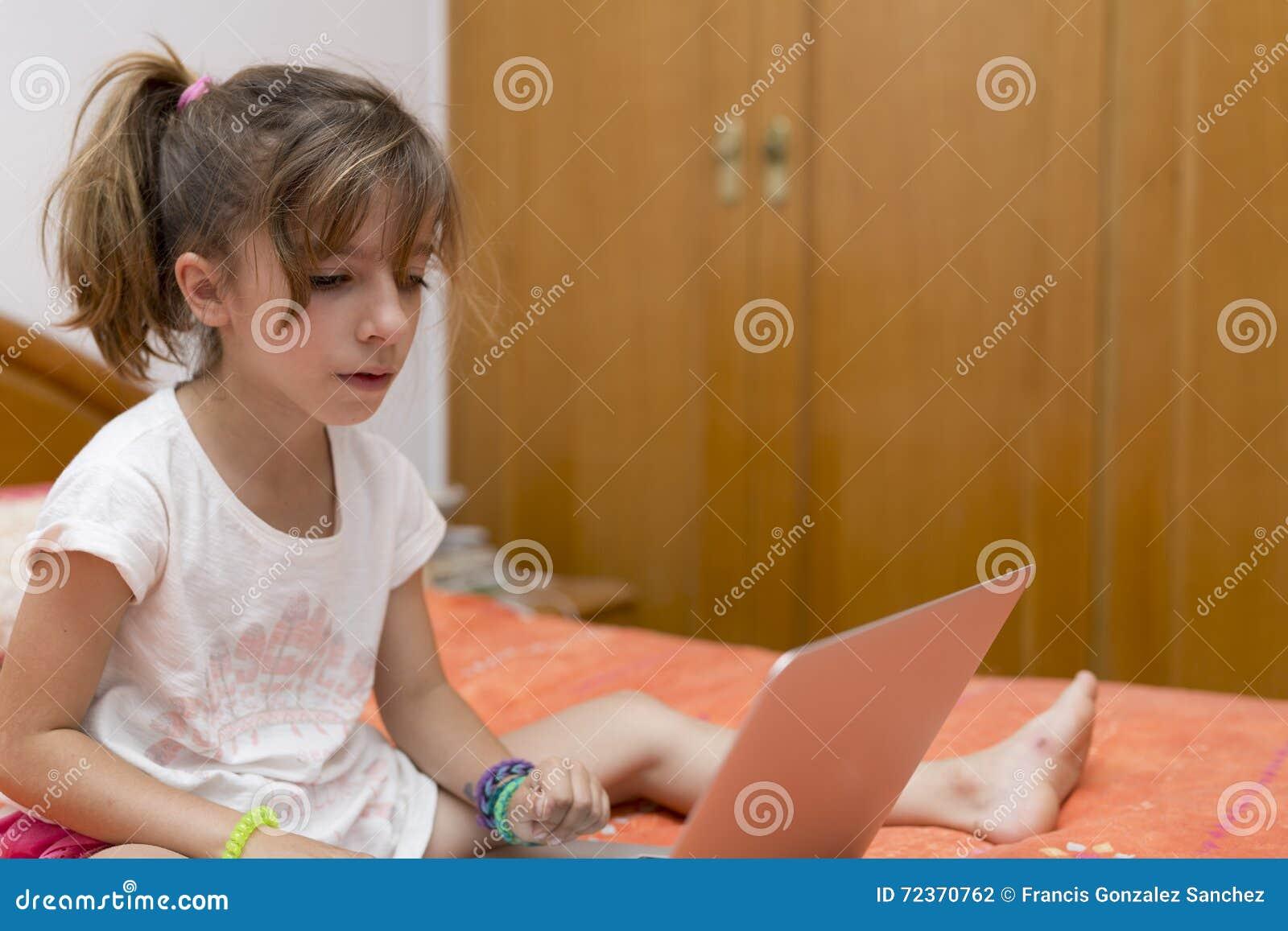 女孩膝上型计算机开会
