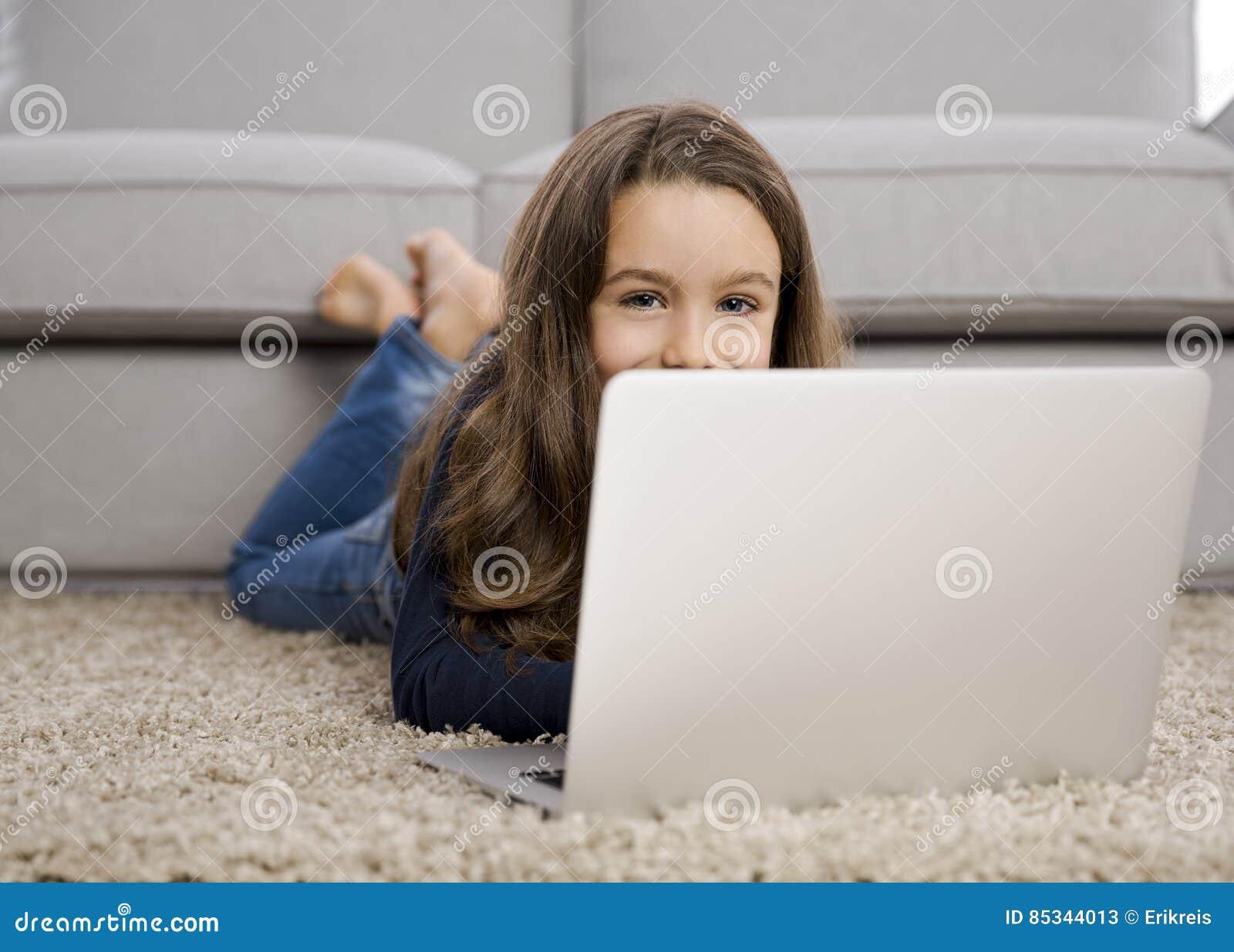 女孩膝上型计算机运作的一点