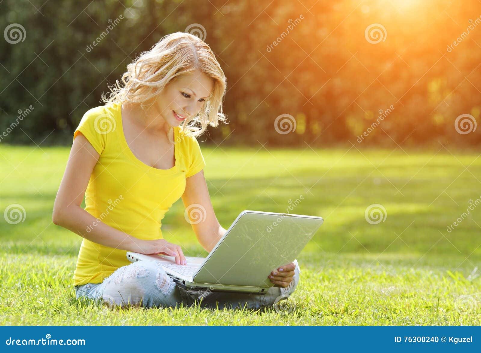 女孩膝上型计算机 有笔记本的白肤金发的美丽的少妇