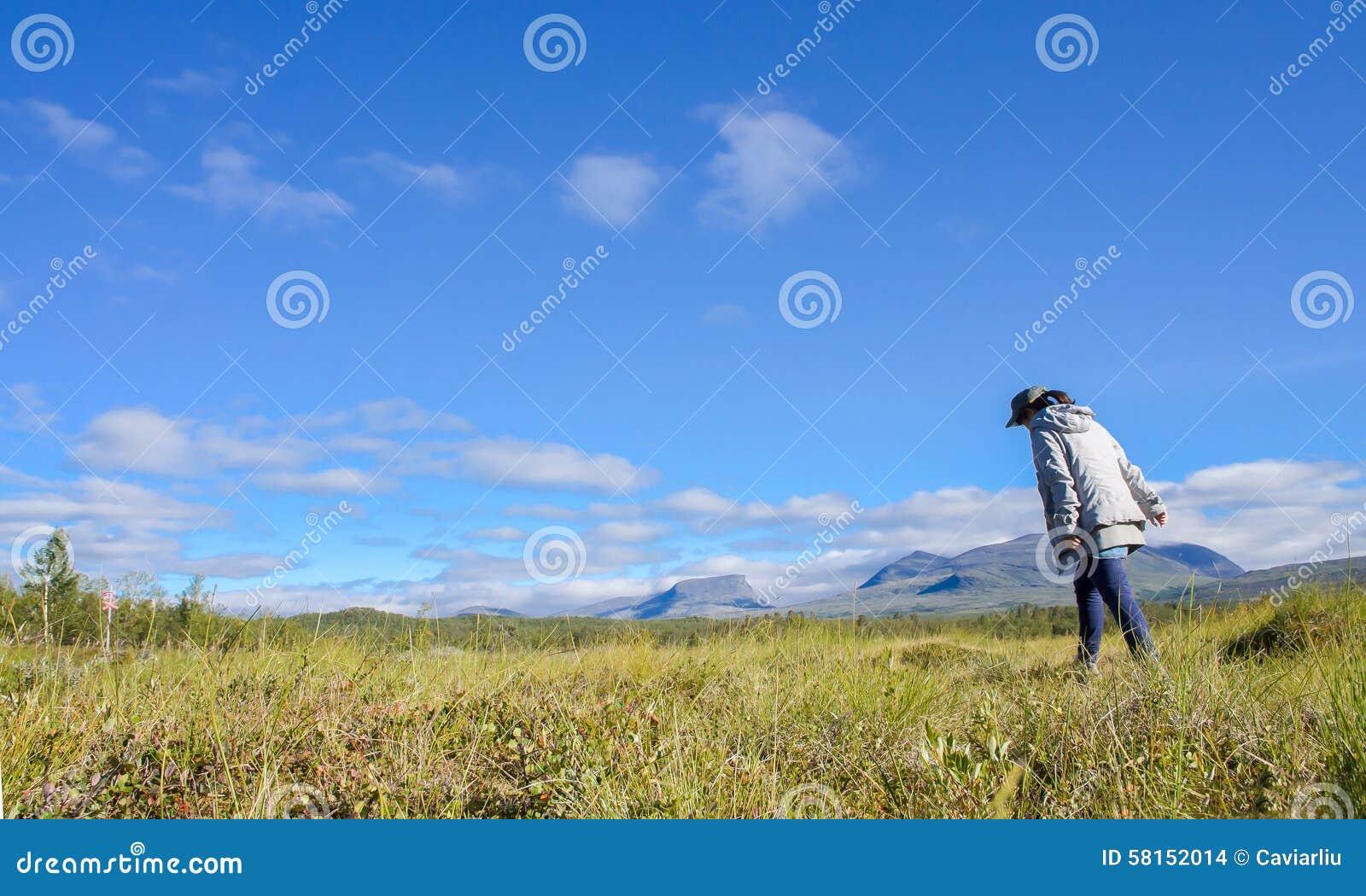 女孩走在山风景的在瑞典和远足者,瑞典(北斯堪的那维亚)的北部的阿比斯库国家公园国家公园