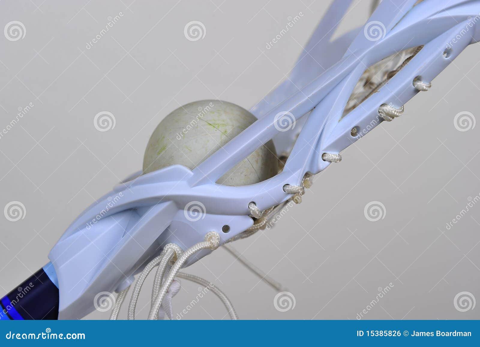 女孩顶头曲棍网兜球侧视图