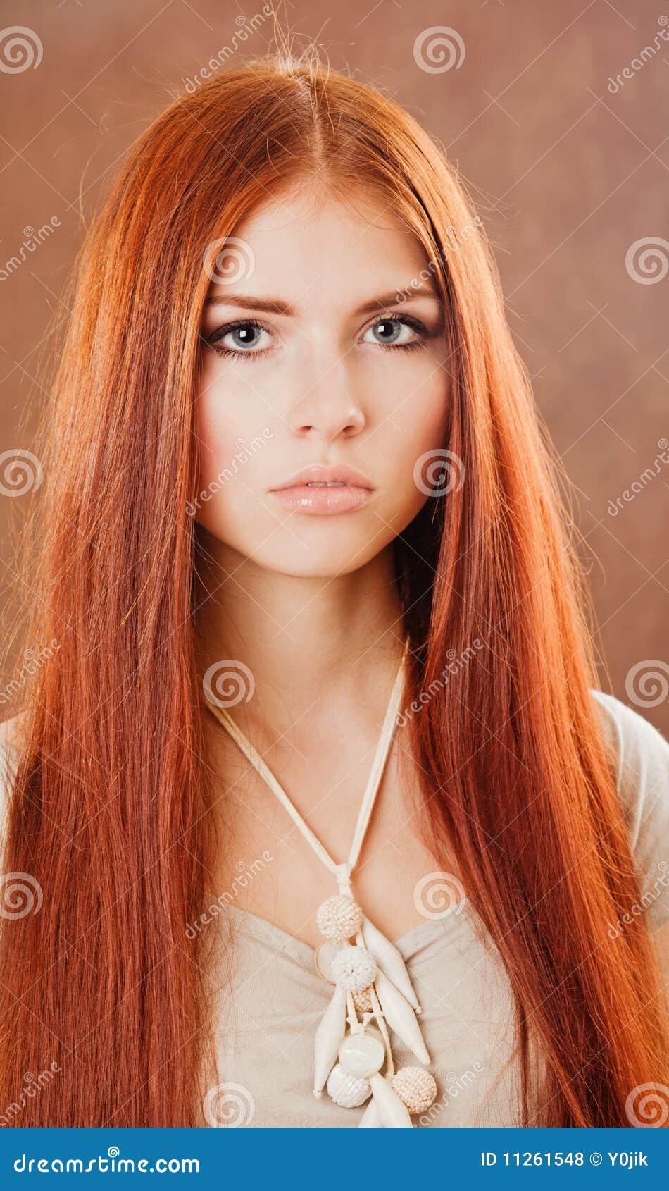 女孩头发纵向红色图片