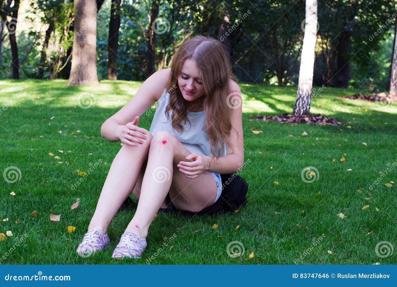 女孩以在她的膝盖的挫伤