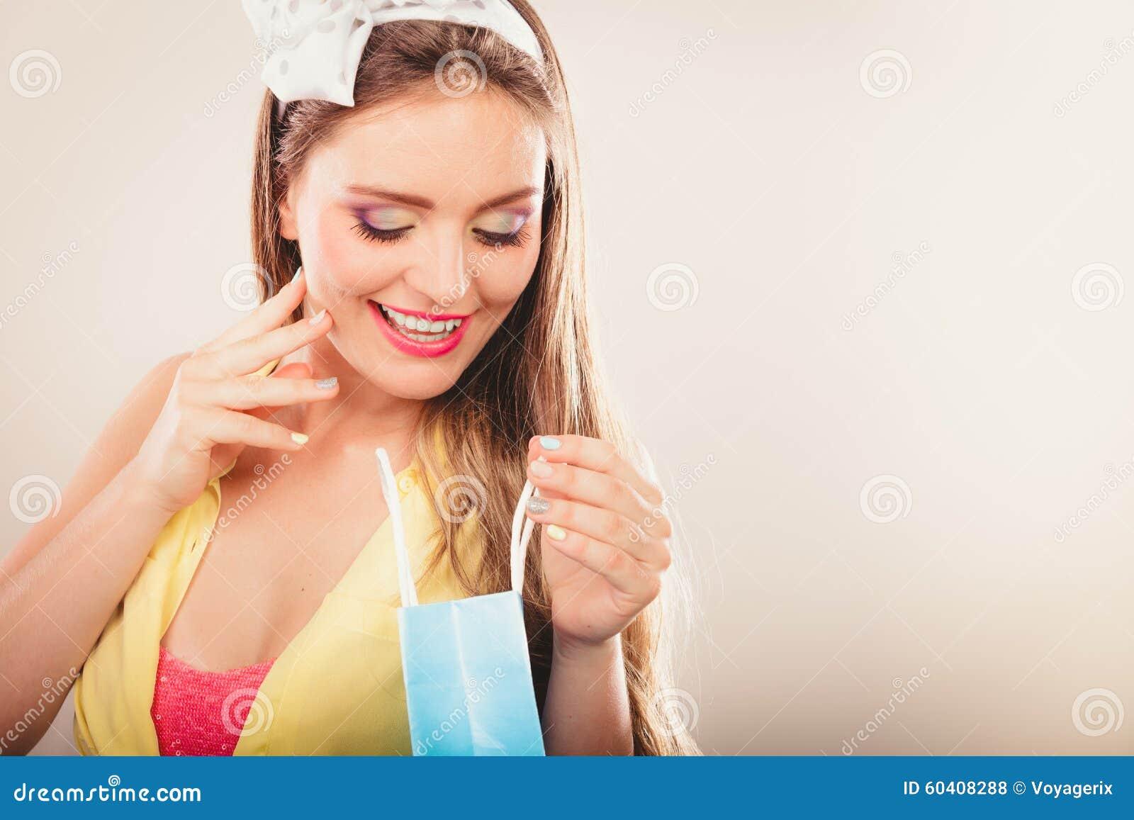 女孩购物的减速火箭的别针