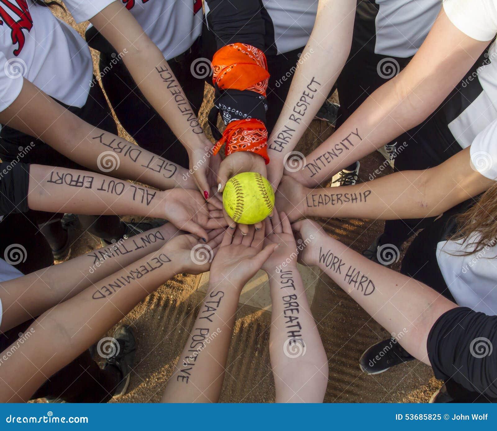 女孩Fastpitch垒球队激动人心的杂乱的一团
