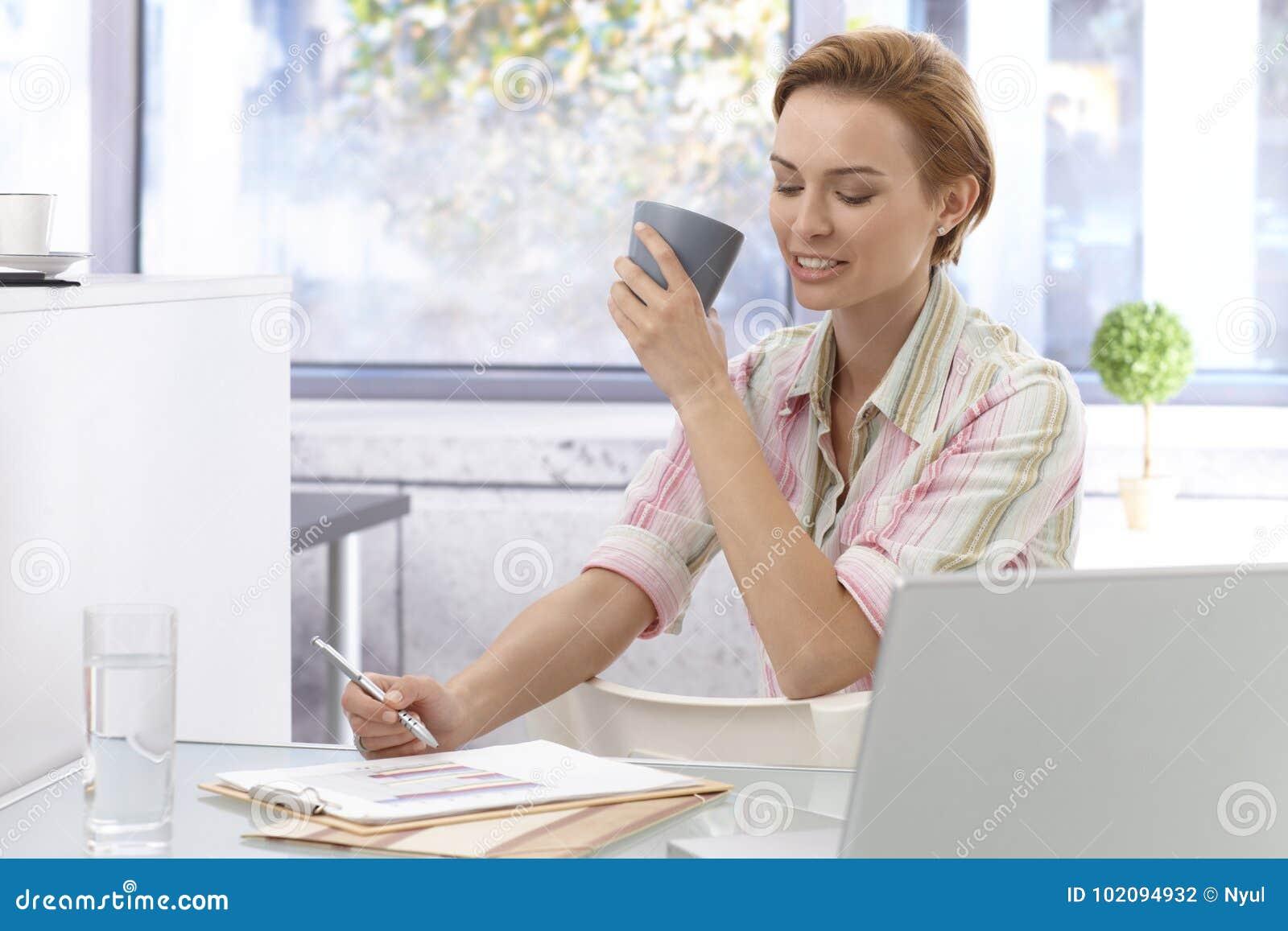 女实业家办公室运作的年轻人