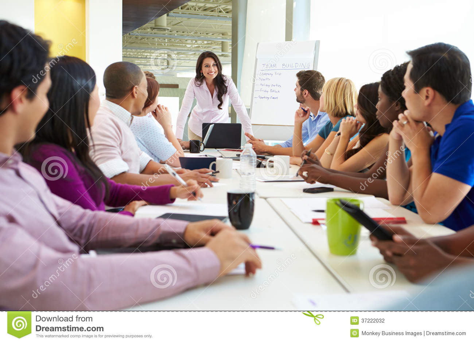 女实业家发言在会议室表附近