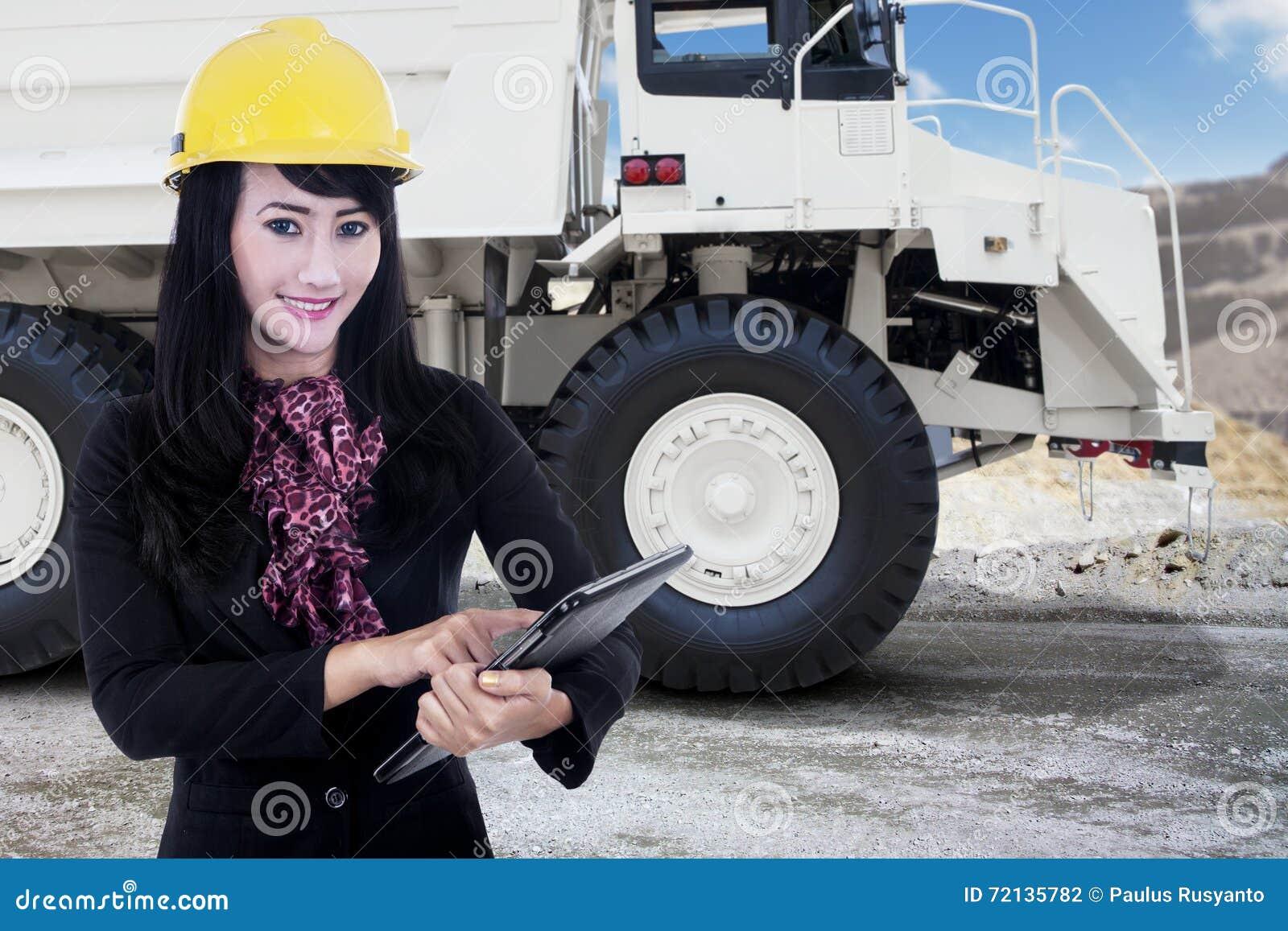 女实业家和一个矿用汽车在采矿场所