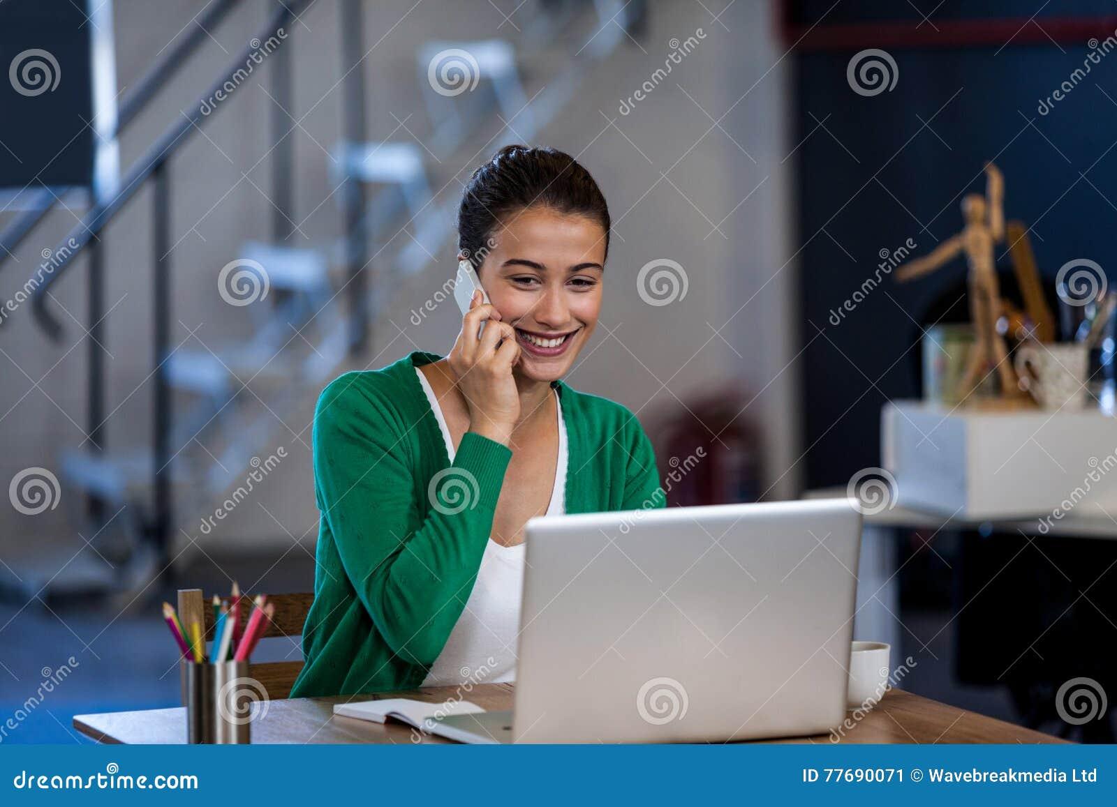 女实业家微笑和叫与她的手机