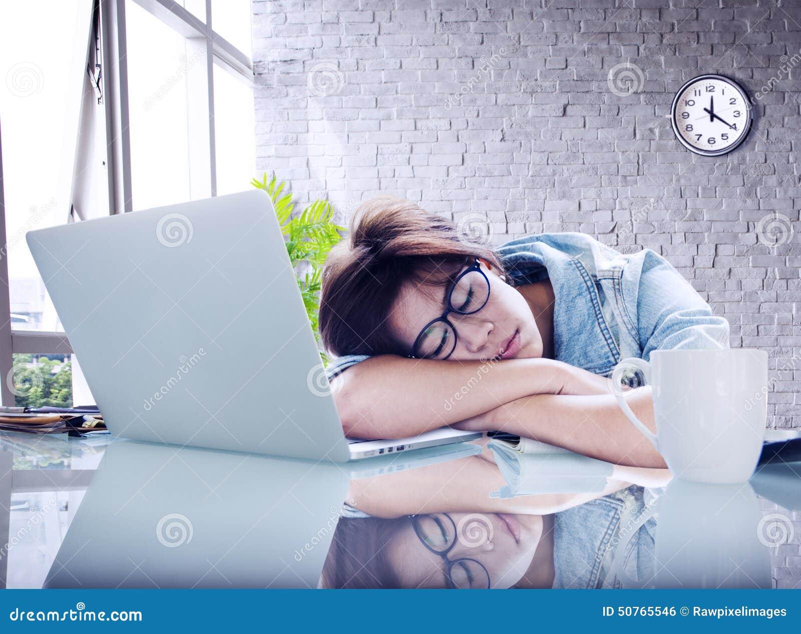 女实业家睡觉办公室工作者断裂数字式概念