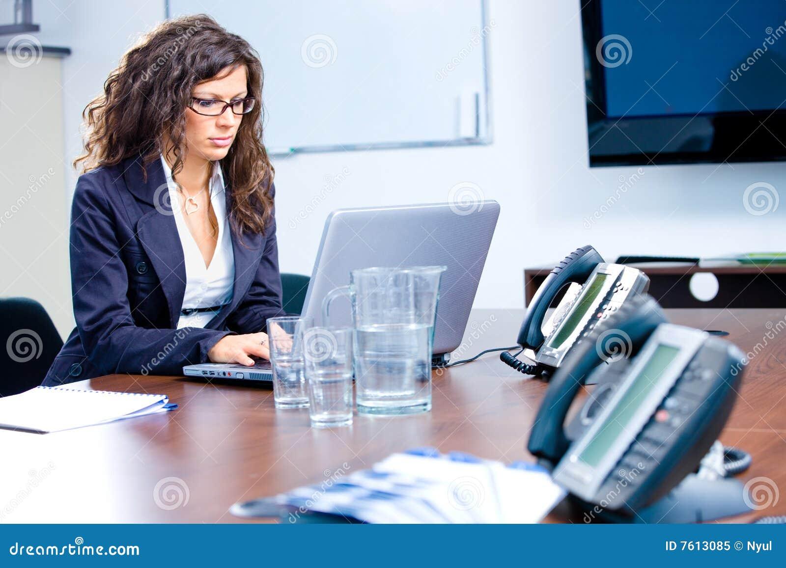 女实业家膝上型计算机工作