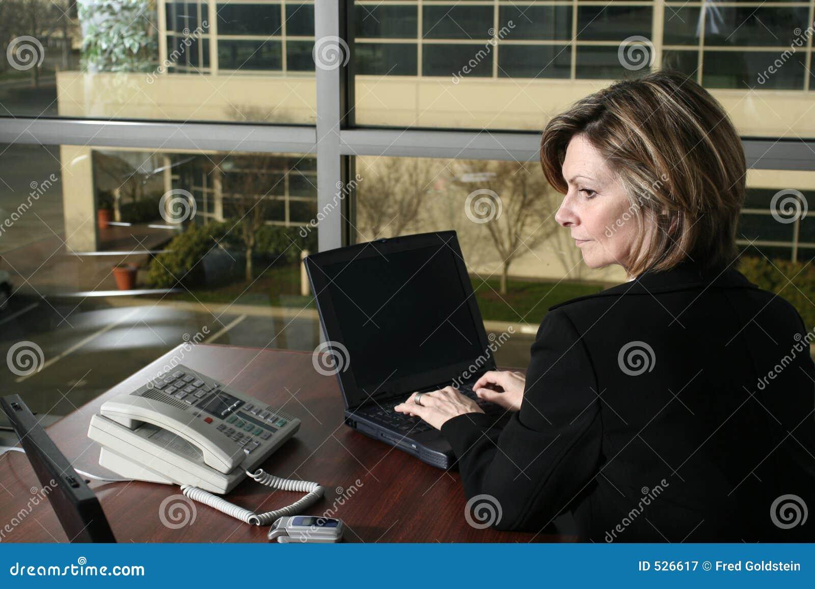 Download 女实业家膝上型计算机 库存图片. 图片 包括有 妇女, 工作, 表达式, 通信, 招待员, 女孩, 键入, 膝上型计算机 - 526617