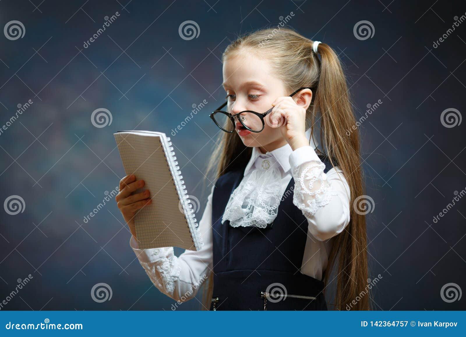 女小学生穿戴玻璃一致的看看笔记本