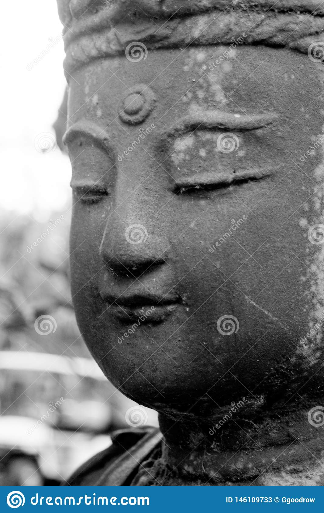 女性传统佛教雕象